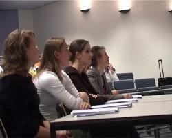 Videoscreenshot uitreiking 5 Joyce, Magda, Astrid en Esther
